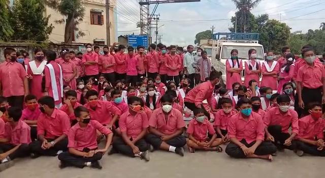 শিক্ষক বদলির প্রতিবাদে জাতীয় সড়ক অবরোধ করল ছাত্র ছাত্রীরা