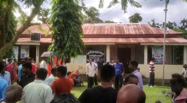 গ্রাম পঞ্চায়েত কার্যালয়ে তালা ঝুলিয়ে দেয় এলাকাবাসীরা